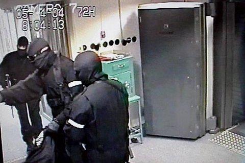 Politifolk som rykket ut til NOKAS-ranet i 2004 mener en del av feilene politiet begikk 22. juli kunne vært unngått med en ordentlig evaluering av politiaksjonen under ranet.