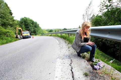 ULYKKESSTEDET: Eva Skøld Paulsen (46) håper de nye rutinene for veiarbeid bidrar til færre mc-ulykker. Her er hun i Husersvingen i Gjerdrum, stedet der ektemannen Cato mistet livet i 2008.