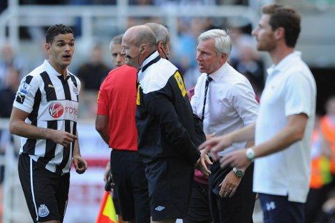 Englands fotballforbund (FA) gjorde det mandag klart at Newcastle-manager Alan Pardew kan straffes for å ha dyttet en assistentdommer i lørdagens kamp mot Tottenham.