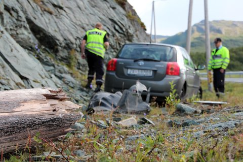 Lyktestolpen brakk tvers av under sammenstøtet med personbilen på Neverfjordveien. Foto: Runar Korneliusssen