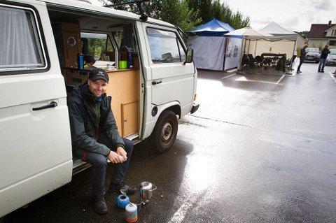 Jan Erik Finstad har sovet i bilen siden mandag før å få tak i drømmeboligen.