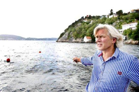 Jan Meyer og kona flytter litt lengre unna til en enebolig på en flate. I sjøen utenfor huset i Eikeviken i Bergen har han satt torskeruser og badet i 24 år.