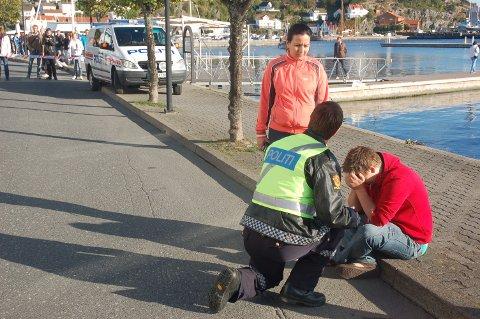 En skadd person blir tatt hånd om av politiet.