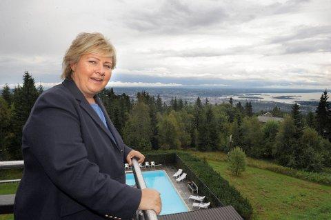 Høyre-leder Erna Solberg står på Voksenåsen og speider ut over hovedstaden. Hennes parti er nå suverent størst i kongeriket. (Foto: Terje Pedersen, ANB)
