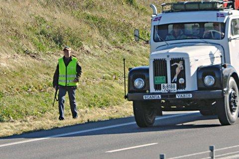 VED MOTORVEIEN: Viltnemnda søkte etter elgoksen langs E18 utenfor Askim.