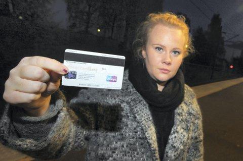 BILDELØST: Emilie har akkurat fått nytt bankkort, uten bilde på baksiden.