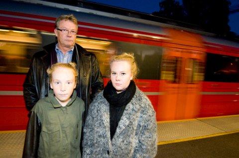 KASTET AV: Linnea (11) t.v og Emilie (18) ble kastet av toget på grunn av bankkortet til 18-åringen. Det får pappa Sture Flor Reiss til å reagere.