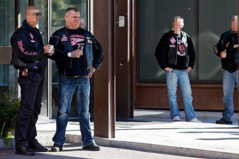 ANKER: Ove Jørgensen Høyland (51) (andre fra venstre) er pekt ut som hovedmann i mafiasaken. Han har hele tiden nektet for å ha noe som helst med saken å gjøre.