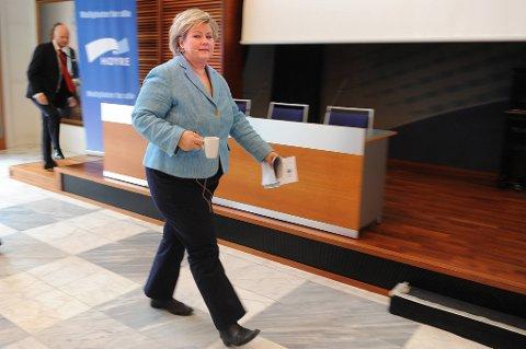 Det butter for Høyre-leder Erna Solberg. Partiet hennes går tilbake over fire prosentpoeng.