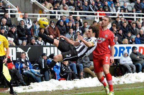 Fabricio Coloccin landet kjært og skadet ryggen mot Southampton.