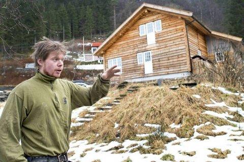 Til høsten håper Ruben Oddekalv Mjelde og den lille familien hans å flytte inn i nytt hus. Han har samlet kortreiste gjenbruksmaterialer i ti år for å bygge drømmehuset på «landet».