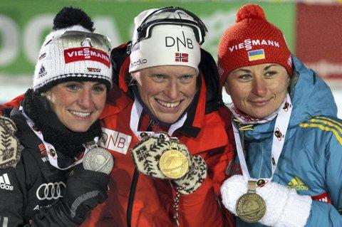 Tora Berger på seierspallen etter normaldistansen i VM sammen med sølvvinner Andrea Henkel og bronsemedaljør Valj Semerenko.