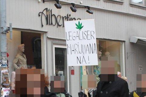 LEGALISERINGSPAROLE: Denne parolen stilte noen med under årets 1. mai-tog i Tromsø.