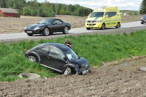 I GRØFTA: Denne bilen kjørte av veien rett før Meieribyen i Skiptvet fredag ettermiddag.