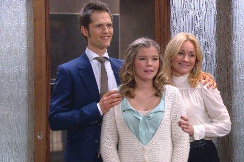 SPENT: Camilla Aanonli spiller datteren til Jens August Anker-Hansen (Kim Kolstad) og Eva Rosenkrantz (Rudy Claes). Hun forteller at hun var litt nervøs i starten. Foto: TV 2