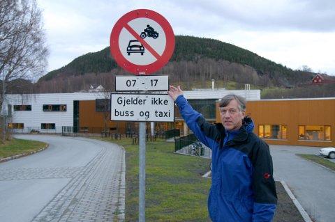 Forbudt på hverdager: Olav Bidtnes i Malvik kommune har registrert at mange er usikre på hvordan skiltingen i Øyavegen ved Hommelvik skole skal forstås.