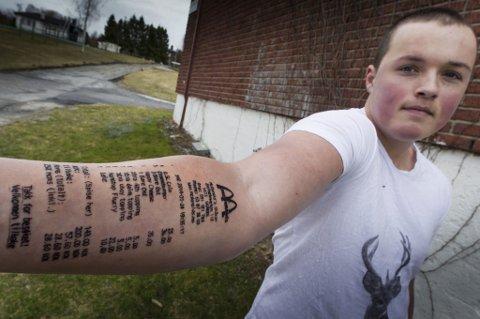 UTFORDRET: Etter å ha blitt utfordret at kompisene slo Stian Ytterdahl til med en heller spesiell tatovering på armen.