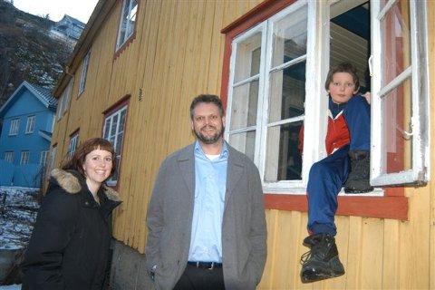HUSEIERE: Marie Olaussen, Geir Dyrnæs har fått tilslaget på kjøp av fattighuset i Kirkegaten for ei krone. Kun kontrakt gjenstår. I vinduet sitter Markus N. Dyrnæs.