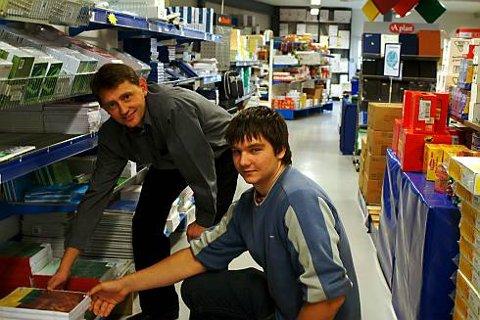 Morten Kroknes (18) har vært flue på veggen og fulgt daglig leder Jens Petter Opshaug i NB Engros en hel arbeidsdag. Her viser Opshaug den unge lederen produktene i butikken.