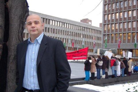 DER DET SKJER: Med jobb i Regjeringskvartalet befinner Ahmad Ghanizadeh i begivenhetenes sentrum. Det kan bety demonstrasjoner, som her om baluchernes rettigheter. Baluchistan-provinsen grenser til både Pakistan, Afghanistan og Iran. Sistnevnte er det landet Ghanizadeh opprinnelig kommer fra.