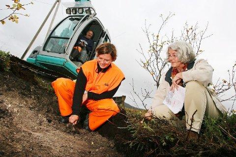 UTGRAVING Arkeolog Kristin Os, fylkeskonservator Anne-Karine Sandmo og Gunnar Årnes i gravemaskinen avdekker nye, viktige kapitler i Tromsøs historie i Tønsvik.