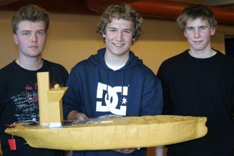 """GIKK FORT: Alexander Tanem Iversen, Einar Gasmann og Halvor Winnæss sin båt gikk raskest i lokaloppgjøret. De foreslo å kalle båten """"Sjødronningen""""."""