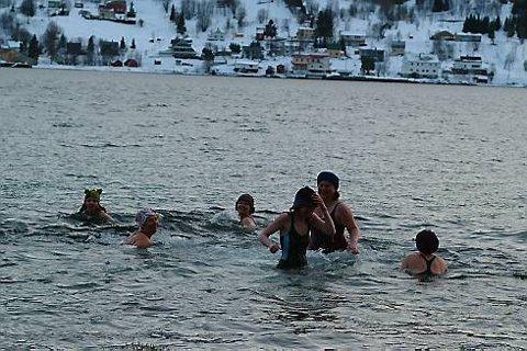 Jentene bader hver tirsdag året rundt, men har ferie på sommeren. De bader uansett vær, og påstår de får mye energi og holder seg frisk av å isbade.