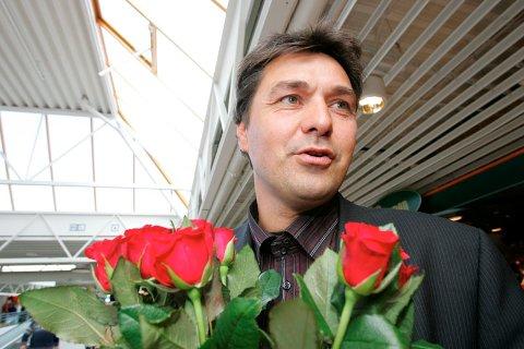 Olav Akselsen er utnevnt til ny sjøfartsminister. Bildet er tatt da statsråden fylte 40 år, noe som ble markert på AP sin stand på Sartor senter (27.08.2005).