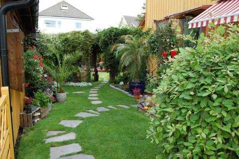Om dagen: Og slik ser det ut i dagslys. Den grønne veggen hindrer innsyn mot den innerste hagen.