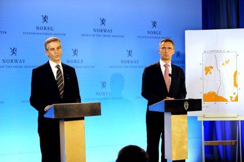 Statsminister Jens Stoltenberg og utenriksminister Jonas Gahr Støre informerte pressen om delelinjen i Barentshavet tirsdag.