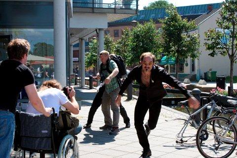 Joakim Dan Jørgensen forsøker å komme seg unna Håkan Islinger i filmen «Bad Karma In Little Porsgrunn». Kjetil Vinorum blir ufrivillig kastet i veien for forfølgeren.