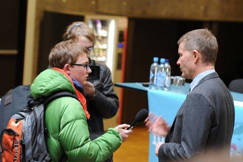 Miljøvernminister Erik Solheim måtte forklare seg om både store og små miljøsaker da elever ved Fyrstikkalleen og Mjær skoler fikk stille ham spørsmål torsdag. I tiden framover må lokalpolitikerne forberede seg på det samme.