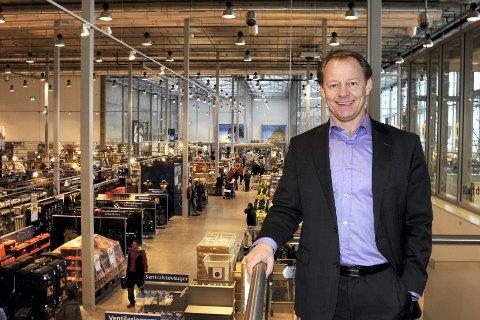 ANMELDES: Maxbo, her ved administerende direktør Tom Borthen i kjedens nye varehus på Hvam i Skedsmo.