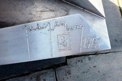 I 1981 satte Jørleif Uthaug sin karakteristiske signatur på Bølgen. Først fire år senere sto hele skulpturen klar til avduking.
