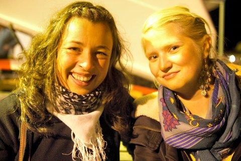BEGEISTRET: Sissel Røstgaard og Berit Ballari hadde tatt turen fra Varangerbotn, og koste seg.