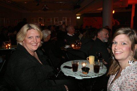 Storfornøyde: Søstrene Ingvild Nyquist Borgeraas (t.v) og Ann Therese Pihl Haugen er nylig hjemflyttet til Larvik begge to. De var strålende fornøyde med å ha skaffet seg billetter til lørdagens konsertopplevelse i Stavern.