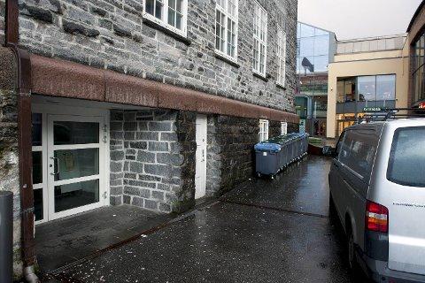 Bergen bibliotek har inngang i kjelleren like ved Bergen storsenter, hvor det vanker en del rusmisbrukere. En av disse brukte lørdag herretoalettet til å vaske håret sitt.
