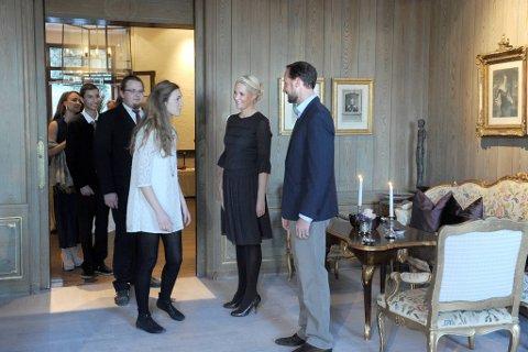 Kronprinsesse Mette-Marit og kronprins Haakon inviterte til gjestebud hjemme i sitt hjem på Skaugum. Her hilser de på Ina Libak, en av de overlevende fra Utøya.