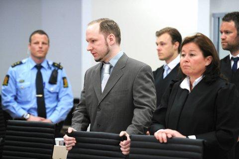 Anders Behring Breivik på tur inn i retten for dag nummer sju.