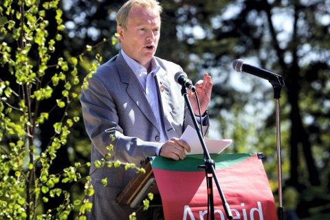 Ap-partisekretær Raymond Johansen oppfordrer til mobilisering mot regjeringsalternativet Høyre/Frp på 1. mai. Her fra hans 1. mai-tale i Sarpsborg for tre år siden.