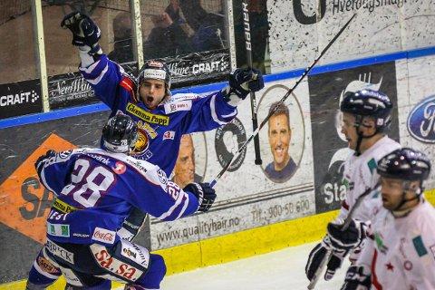 TIL FREDRIKSTAD. Lars-Erik Hesbråten jubler her for scoring i Sparta-drakta sammen med Niklas Roest (med ryggen til). Neste sesong spiller Hesbråten for Stjernen.