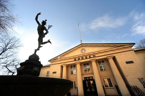 En raskt fallende oljepris trakk Oslo Børs bratt ned på ukens siste handelsdag. Hovedindeksen endte ned 2,3 prosent til 412,51 poeng.