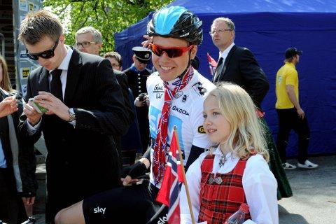 På Østlandet brukte Edvald Boasson Hagen, som har bursdag på nasjonaldagen, og nesten 150 andre sykkelryttere dagen på å tråkke seg gjennom andre etappe av sykkelrittet Tour of Norway. I stedet for det som kan være en svett og varm dag i finstasen, fikk de seg en lang og sikkert like svett dag på sykkelsetet mens de syklet 163 kilometer mellom Oslo og Drammen.
