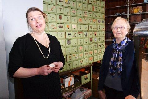 Adelheid Flesland Benjaminsen takker svigermor Ellinor Benjaminsen for at hun har sørget for at butikk-lokalet har blitt godt tatt vare på.