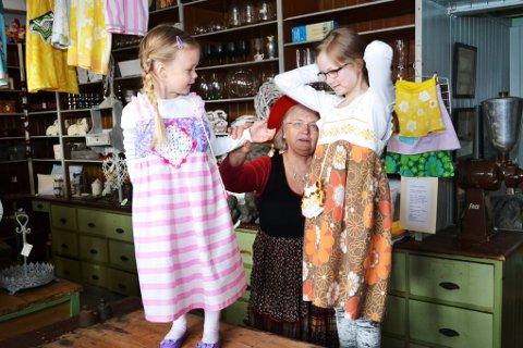 Mina (f.v.) og Ada viste fram flotte re-design kjoler sydd av Katrina Odden Grav (bak), samt vesker, med gamle og nye tekstiler.