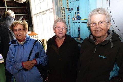 Venninnene f.v. Victoria Lidahl, Elsa Lyngra Johansen, og Haldis Lauritzen fra Åse, synes det var et artig gjensyn med butikken de brukte å handle i da de var små.
