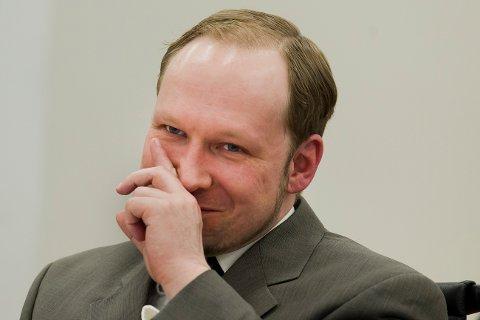 Anders Behring Breivik smiler når professor Ulrik Fredrik Malt forteller at han trolig har Aspergers syndrom i rettsal 250 fredag i åttende uke i rettssaken.
