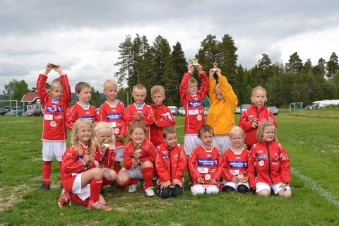 Skarnesgutter og -jenter født i 2006 jubler etter overståtte kamper i Emil Cup på lørdag. Foto: Marit Bjørnerud