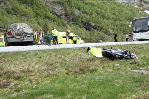 Ulykken skjedde på E39 like sør for Masfjordtunnelen i Masfjorden kommune i Nordhordland lørdag. Personbilen til venstre i bildet krasjet med en motorsykkel. MC-føreren ble erklært død på stedet.