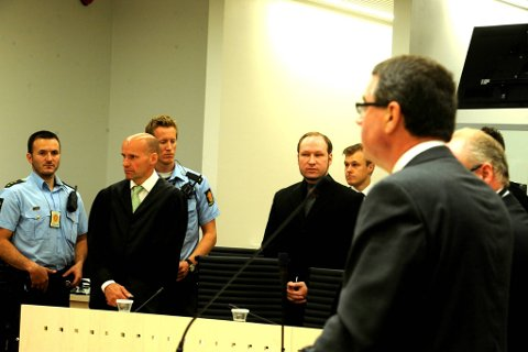 Rettspsykiaterne Terje Tørrissen (delvis skjult, til høyre) og Agnar Aspaas før de skal forklare seg i rettssal 250 mandag i tiende og dermed siste uke i rettssaken der Anders Behring Breivik står tiltalt for terrorangrepet i Oslo og på Utøya 22. juli 2011.